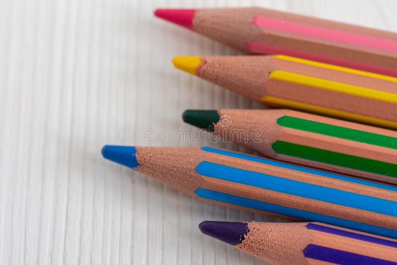 Vista superior de varios lápices coloreados, con efecto del bokeh en el fondo fotografía de archivo libre de regalías