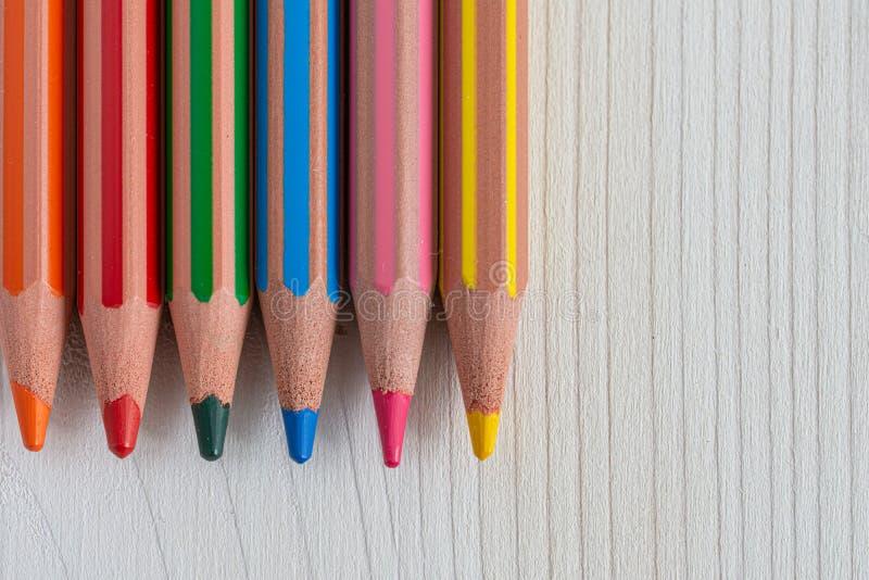 Vista superior de varios lápices coloreados pedidos en el fondo de madera blanco imagen de archivo
