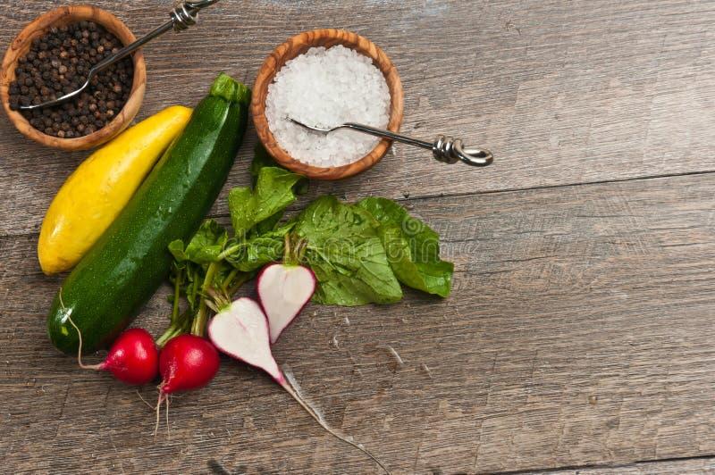 Vista superior de verduras y de cuencos recientemente escogidos de granos de la sal y de la pimienta del mar fotografía de archivo libre de regalías