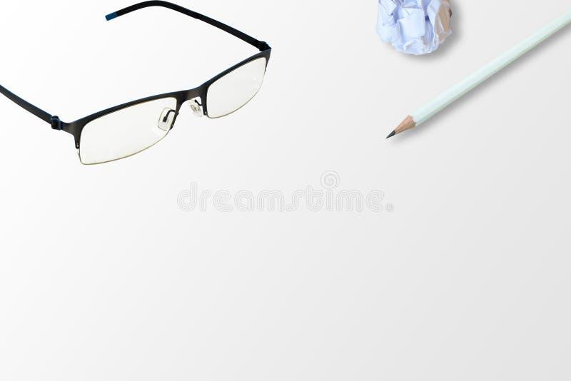 Vista superior de vidrios, del lápiz blanco y del lugar de papel arrugado blanco de la bola en piso gris stock de ilustración