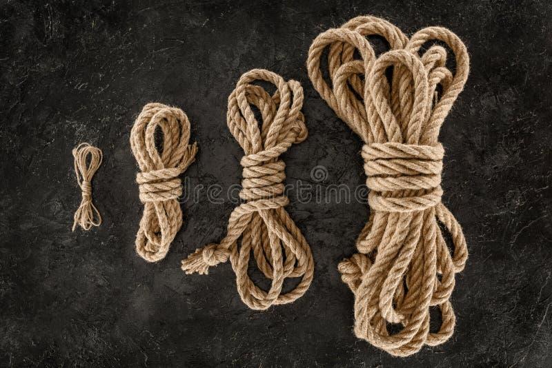 vista superior del arreglo de cuerdas marinas marrones atadas en oscuridad imágenes de archivo libres de regalías