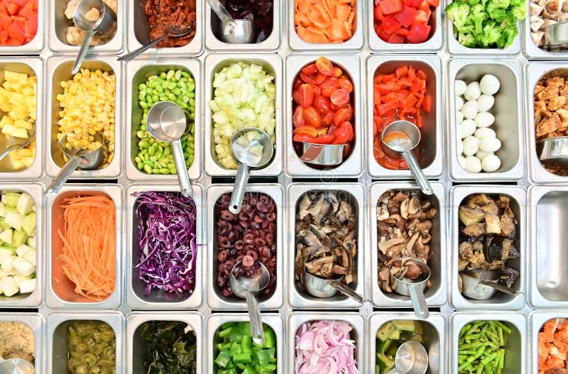 Vista superior del bufete de ensaladas con el surtido de ingredientes foto de archivo
