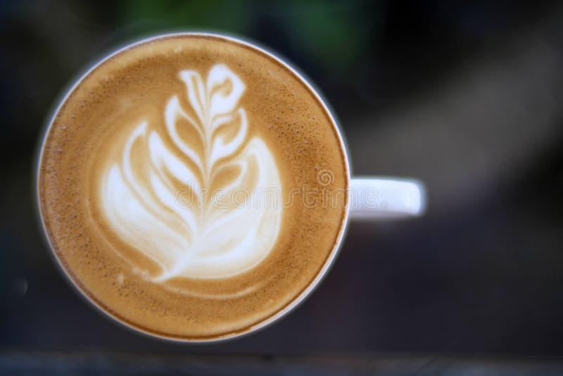 Vista superior del café caliente del primer en la taza blanca en la tabla de cristal fotografía de archivo