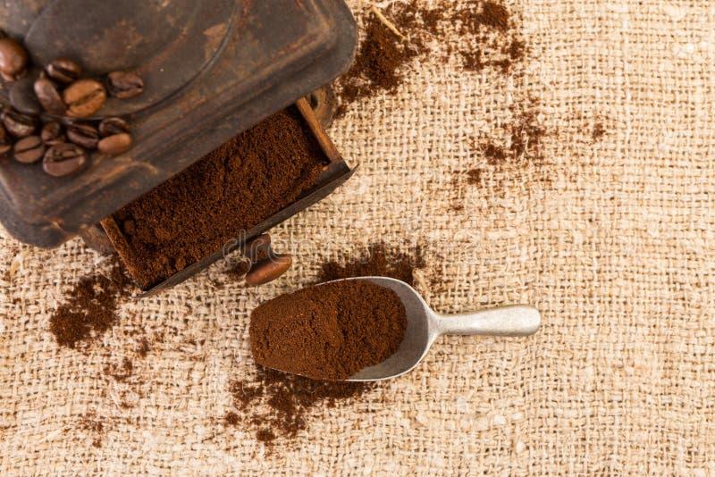 Vista superior del café molido y de la cucharada imagen de archivo