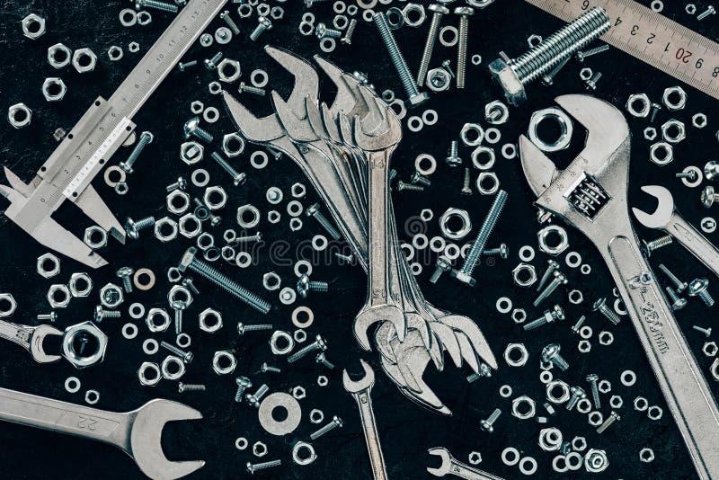 vista superior del calibrador dispuesto de la regla, de los remachadores, del tornillo y a vernier del metal imagen de archivo libre de regalías