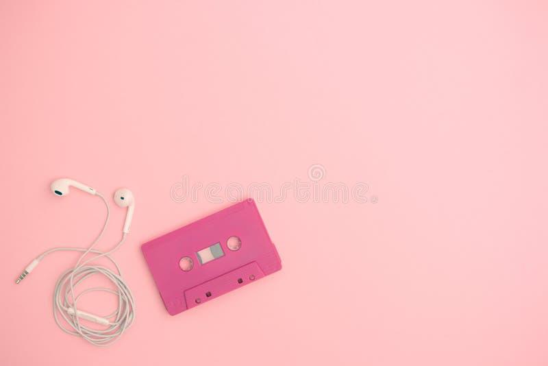 Vista superior del casete de cinta retro con el auricular fotografía de archivo libre de regalías