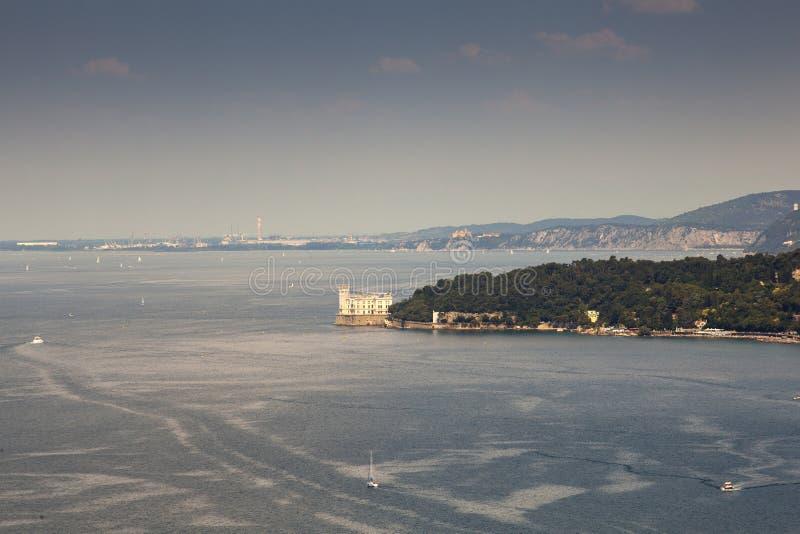 Vista superior del castillo de Miramare, Trieste fotografía de archivo