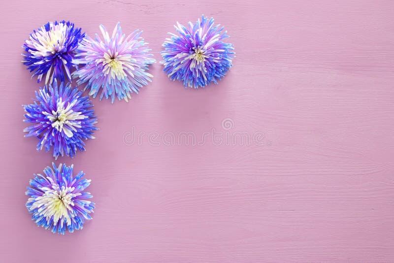 Vista superior del centro de flores azul hermoso en fondo de madera Copie el espacio imágenes de archivo libres de regalías