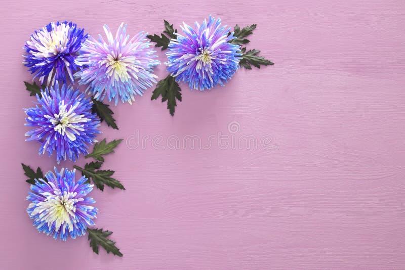 Vista superior del centro de flores azul hermoso en fondo de madera Copie el espacio fotos de archivo libres de regalías