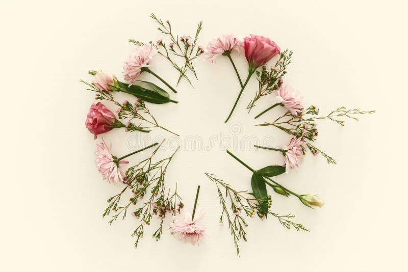 Vista superior del centro de flores hermoso en el fondo de madera blanco Copie el espacio imagen de archivo libre de regalías