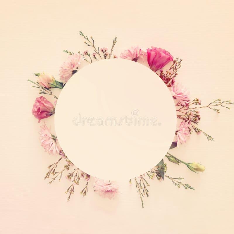 Vista superior del centro de flores hermoso en el fondo de madera blanco Copie el espacio foto de archivo
