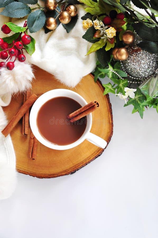 Vista superior del chocolate caliente con el palillo de canela imagen de archivo