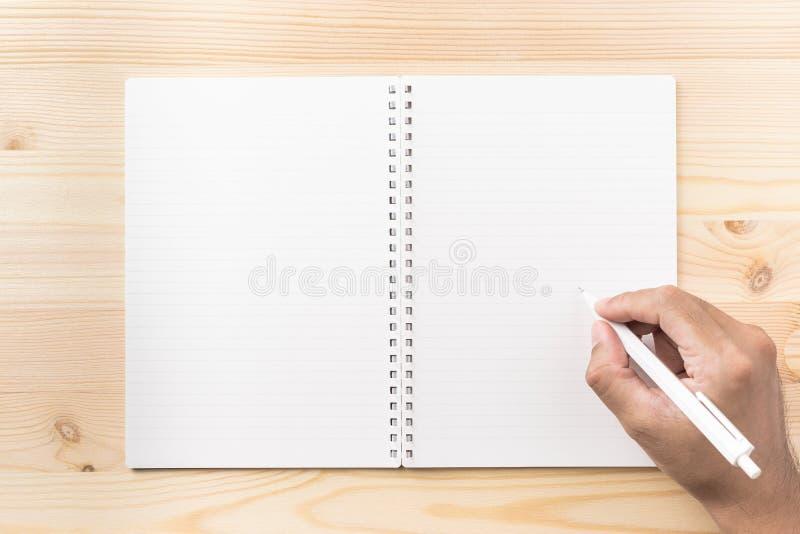 Vista superior del cuaderno espiral de Kraft en el fondo para la maqueta fotografía de archivo