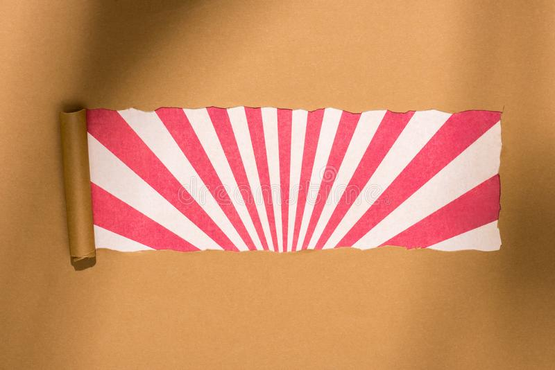 vista superior del documento rasgado en blanco de la cartulina sobre colorido imagen de archivo libre de regalías