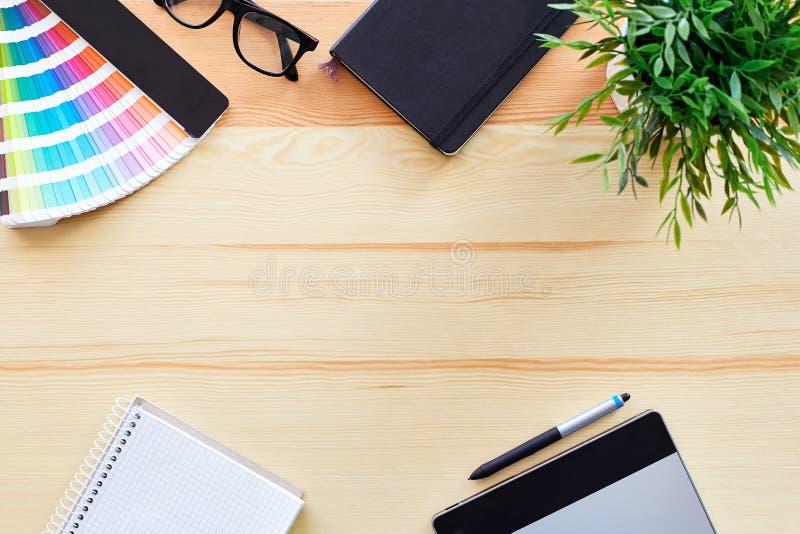 Vista superior del escritorio del trabajo imagenes de archivo