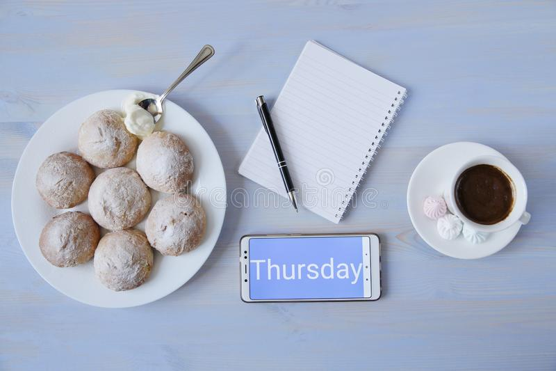 Vista superior del espacio de trabajo con el teléfono y la inscripción con la taza de café, de galletas y de cuaderno con el espa foto de archivo