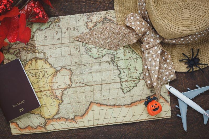 Vista superior del feliz Halloween accesorio con los artículos a viajar concepto del fondo imagenes de archivo