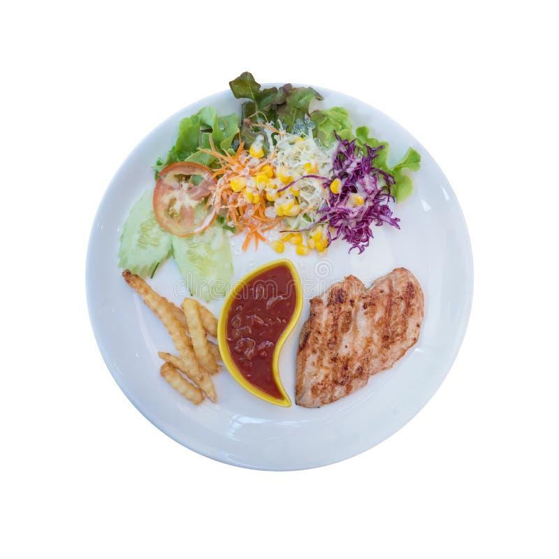 Vista superior del filete asado a la parrilla del pollo con la ensalada y el francés frito aislados en el fondo blanco imagen de archivo libre de regalías