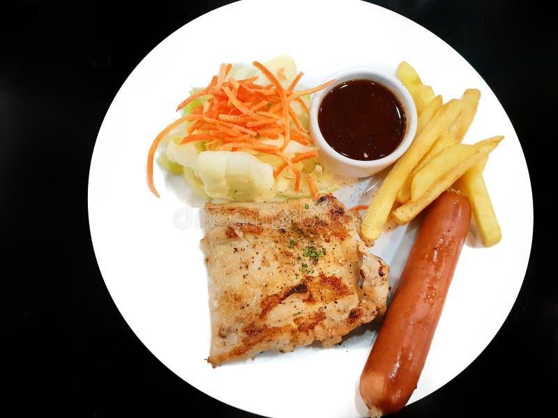 Vista superior del filete asado a la parrilla del pollo con las patatas fritas imagen de archivo libre de regalías