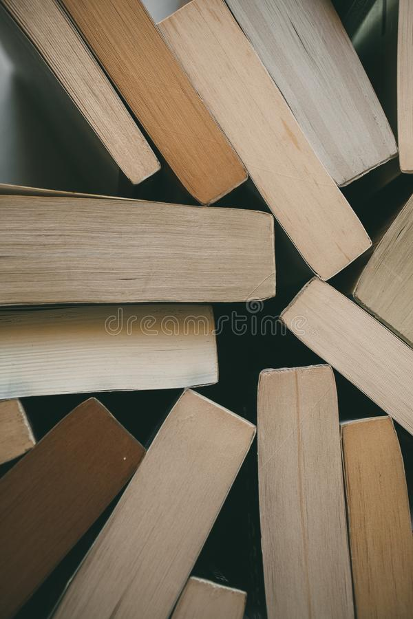 Vista superior del fondo de los libros del vintage Librería vieja Concepto de la educación y de la sabiduría imagenes de archivo
