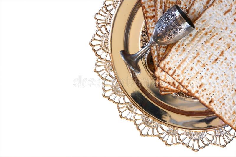 Vista superior del fondo del passover matzoh (pan judío del passover) y placa tradicional del sedder Aislado en blanco imágenes de archivo libres de regalías