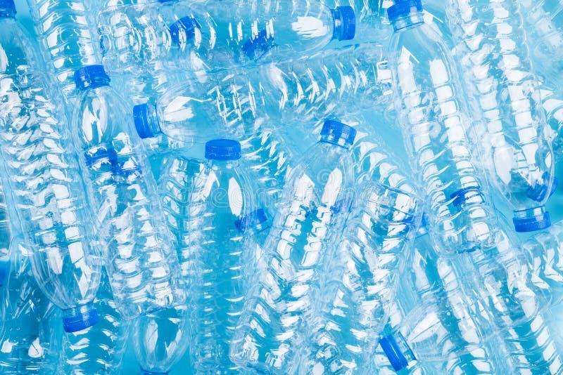 Vista superior del fondo plástico azul de las botellas Recicle el concepto foto de archivo libre de regalías
