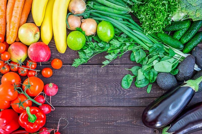 Vista superior del fondo sano de la consumición con las verduras e hierbas orgánicas frescas coloridas, comida sana del jardín, d fotografía de archivo