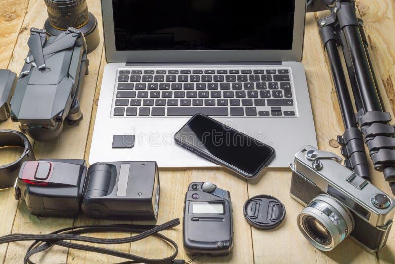 Vista superior del fotógrafo del espacio de trabajo y del concepto del viaje con la cámara, abejón, flash, fotografía de archivo libre de regalías