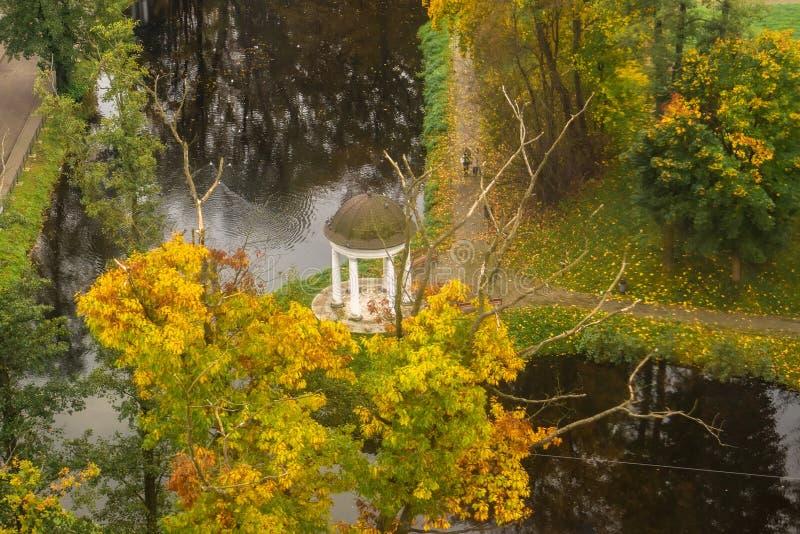 Vista superior del gazebo al lado de la charca en el parque imagen de archivo