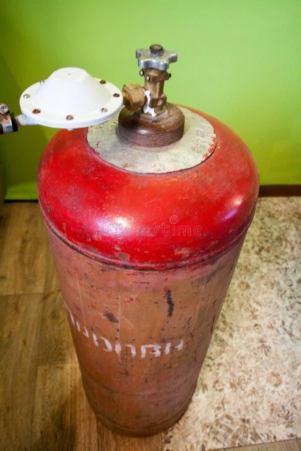 Vista superior del globo rojo del gas en un fondo blanco fotos de archivo