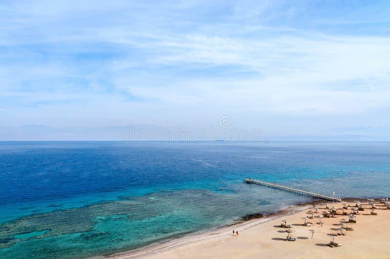 Vista superior del golfo de Aqaba y de los arrecifes de coral imagenes de archivo