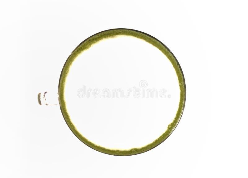 Vista superior del Latte del té verde de Matcha en un fondo blanco fotografía de archivo
