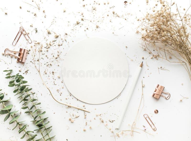 Vista superior del Libro Blanco en la mesa de trabajo con mofa para arriba fotos de archivo