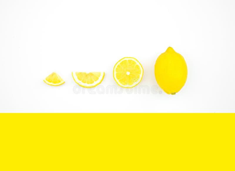 Vista superior del limón en fondo del color ideas de los conceptos de la fruta fotografía de archivo libre de regalías