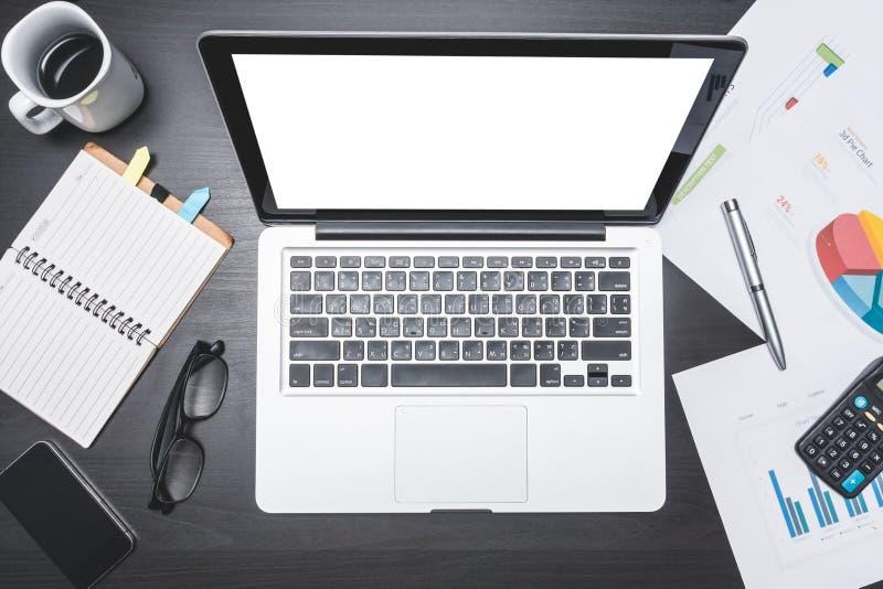 Vista superior del lugar de trabajo con el ordenador portátil y el documento Conceptos para el negocio imagen de archivo