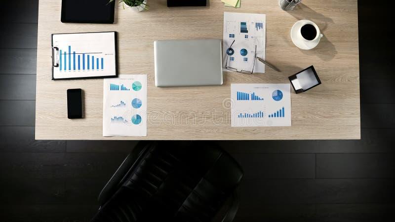 Vista superior del lugar de trabajo del hombre de negocios, posición vacante para el jefe futuro, empleando imágenes de archivo libres de regalías