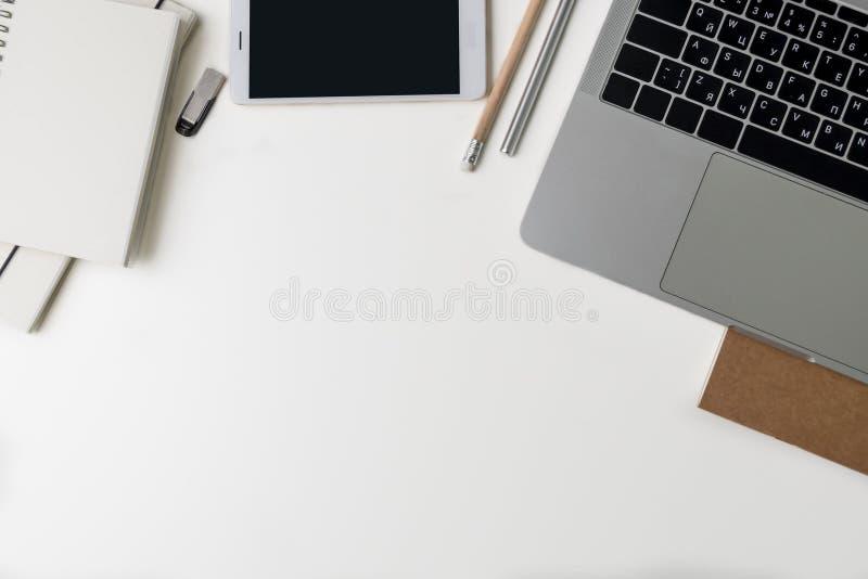 Vista superior del lugar de trabajo de la oficina Escritorio blanco con el espacio de la copia E foto de archivo libre de regalías