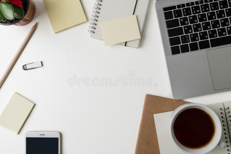Vista superior del lugar de trabajo de la oficina Escritorio blanco con el espacio de la copia Opinión plana de la endecha sobre  fotos de archivo