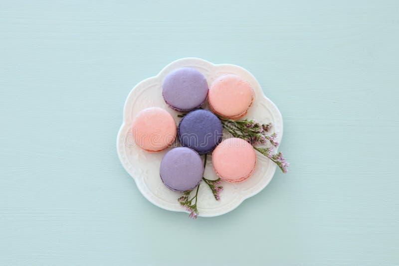 Vista superior del macaron o de los macarrones coloridos sobre fondo azul en colores pastel Endecha plana imagen de archivo libre de regalías