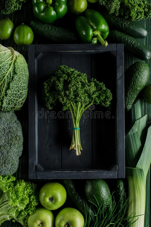 vista superior del manojo de perejil en caja de madera entre las verduras verdes, sano imagen de archivo libre de regalías