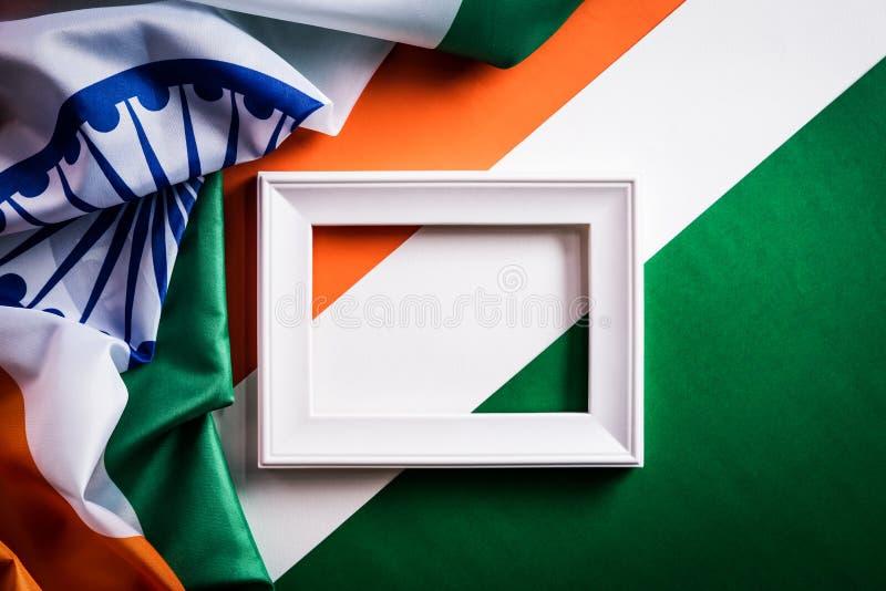 Vista superior del marco con la bandera nacional de la India en fondo verde blanco anaranjado D?a de la Independencia indio foto de archivo