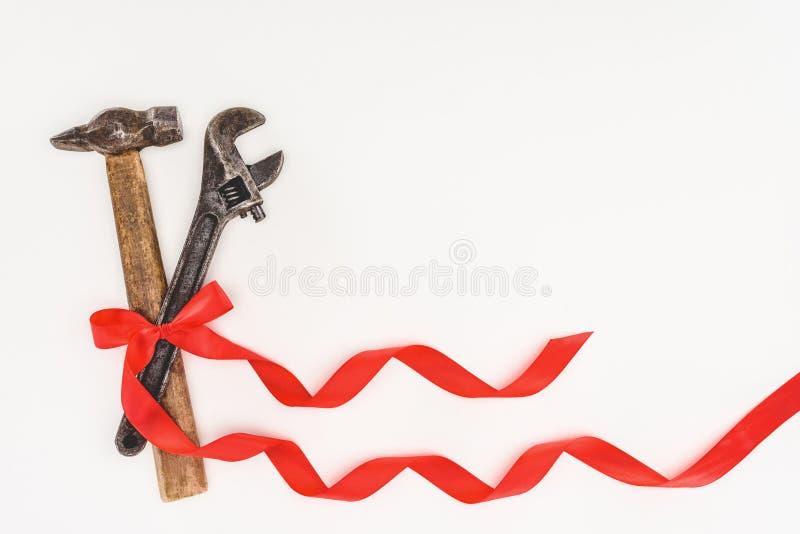 vista superior del martillo y de la llave ajustable envueltos por la cinta imagen de archivo libre de regalías