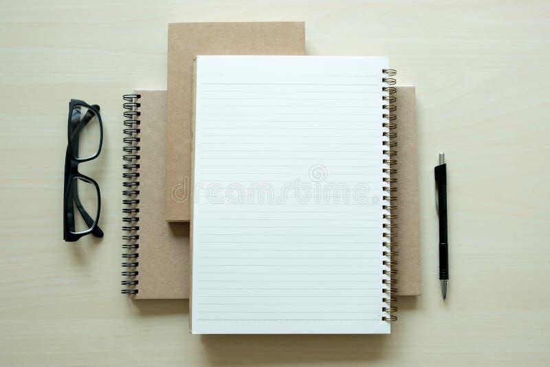 Vista superior del negro del documento de negocio del cuaderno del espacio en blanco del hombre de negocios fotos de archivo