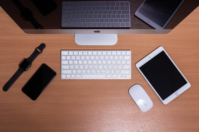 Vista superior del ordenador de iMac, del iPad, del iPhone y del reloj de Apple fotografía de archivo