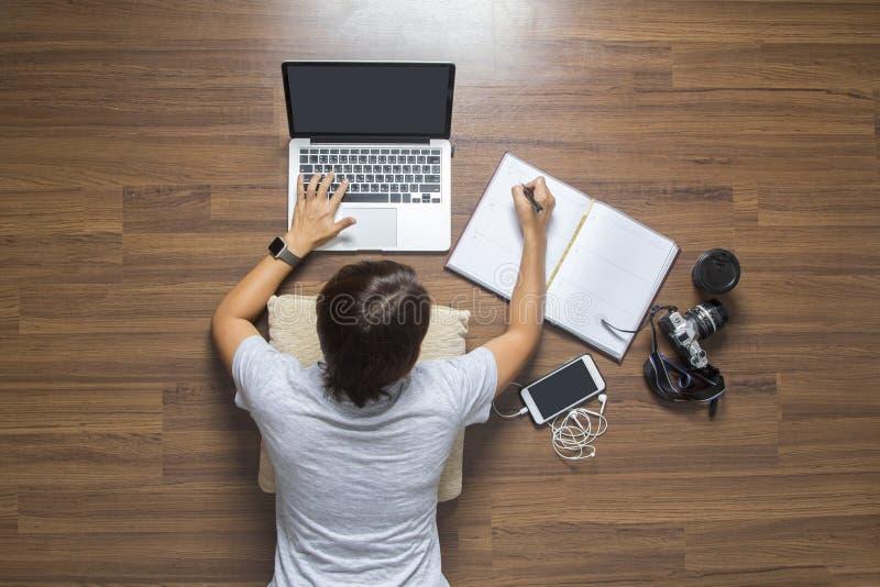 Vista superior del ordenador portátil de trabajo de mentira de las mujeres fotos de archivo libres de regalías