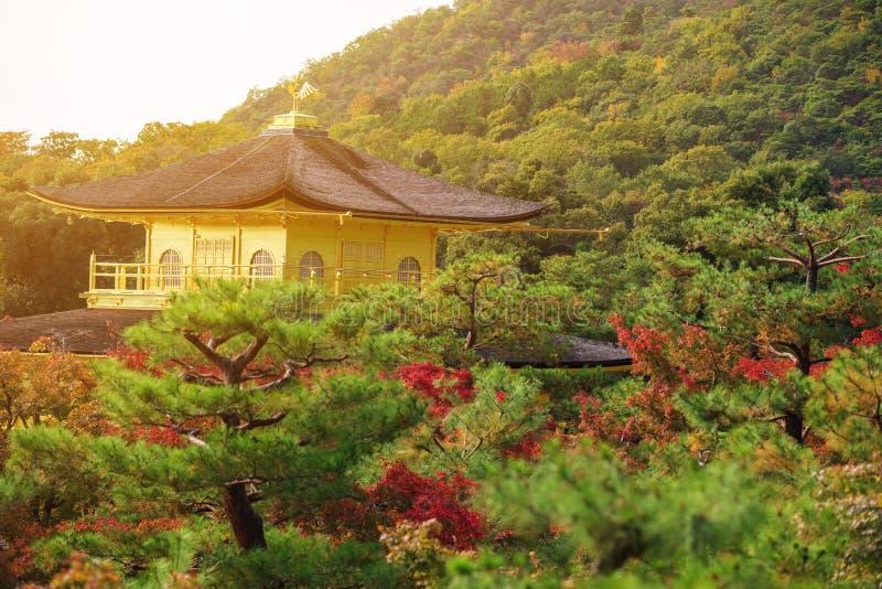 Vista superior del pabellón de oro en la puesta del sol, Kyoto imagen de archivo libre de regalías