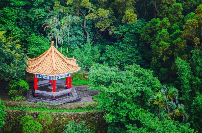 Vista superior del pabellón y de templos chinos en el jardín chino dentro de un parque con los árboles imagen de archivo