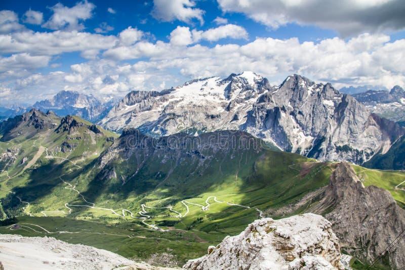 Vista superior del paisaje alpino y de prados según lo visto del Sass Pordoi el Tirol del sur, montañas de las dolomías fotos de archivo
