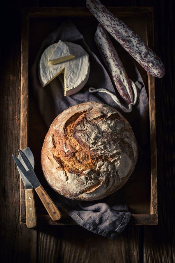 Vista superior del pan con queso y la salchicha del camembert foto de archivo libre de regalías