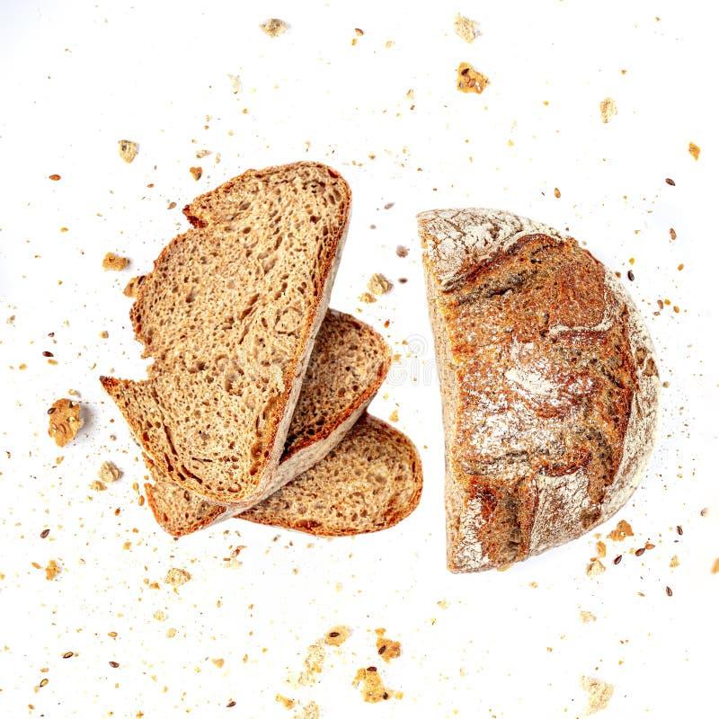Vista superior del pan cortado aislado en el fondo blanco con el primer de las migas de pan fotos de archivo libres de regalías